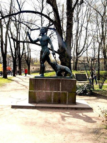 Скульптура Мальчик и медведь