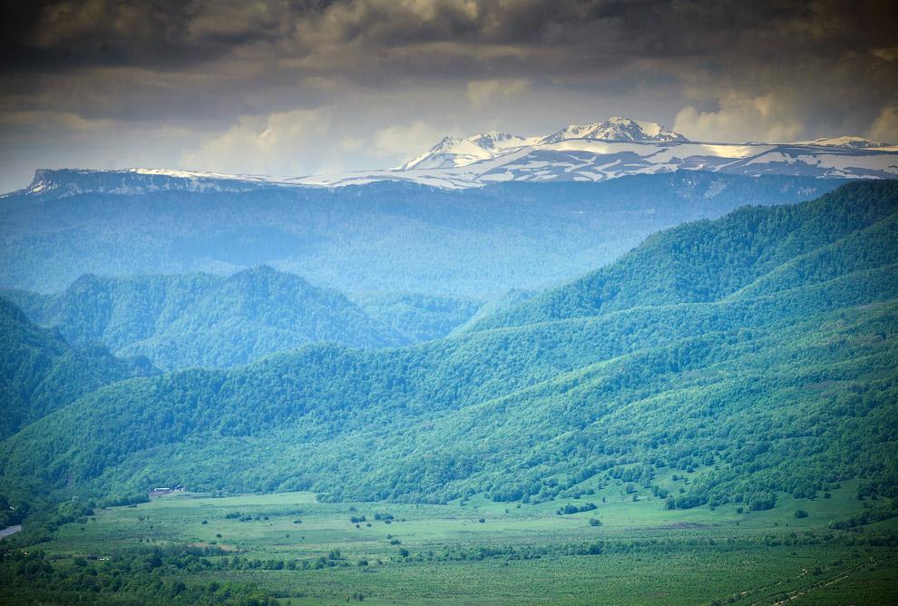 6. Даховская находится в долине, над которой довлеет хребет Уна-Коз. Его высота над уровнем моря 1 к