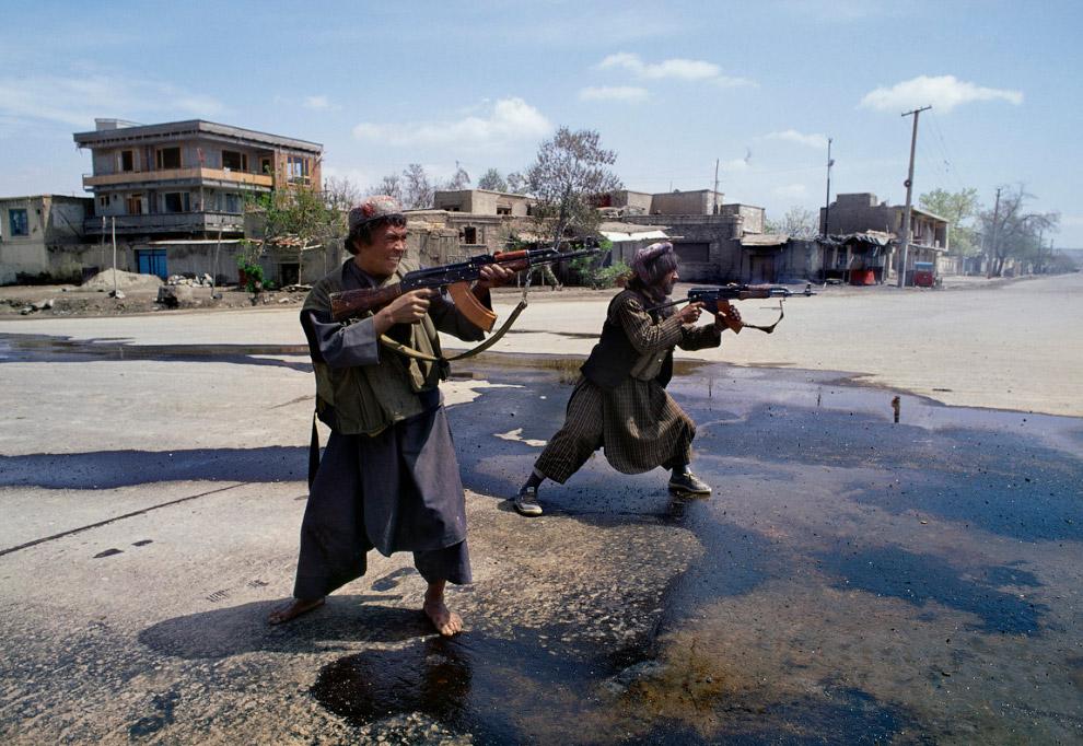 5. Дороги афганской войны на снимке Стива МакКарри (Steve McCurry), 1992 год: