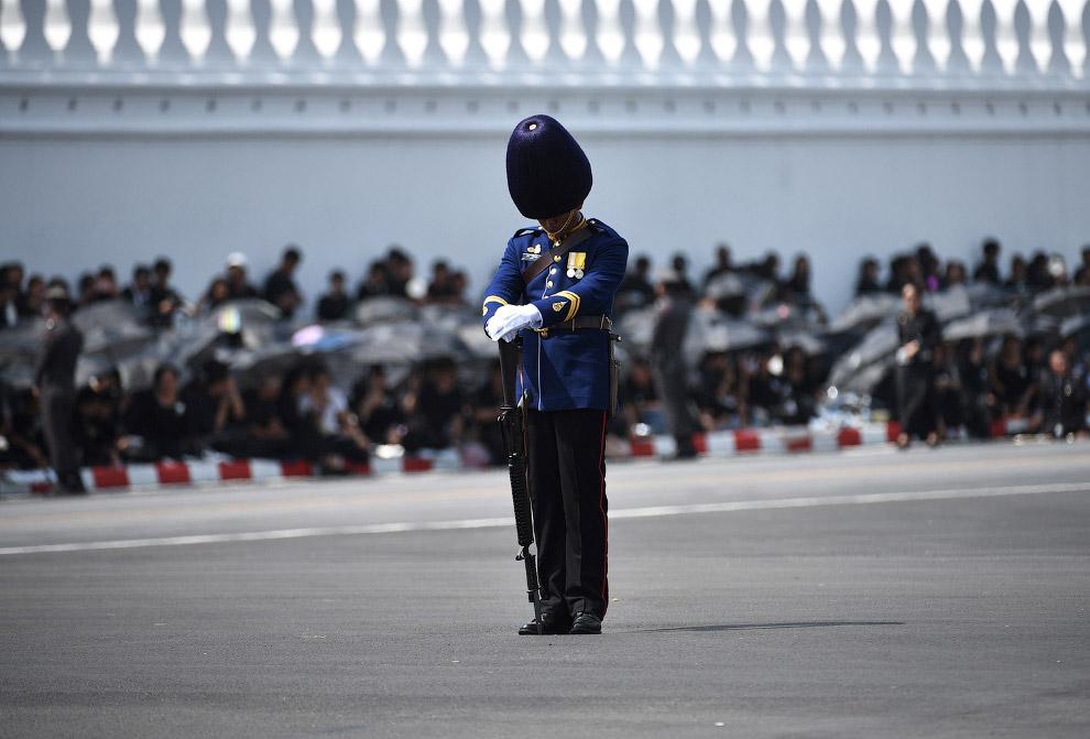 Пятидневное прощание с покойным королем Таиланда Пхумипхоном Адулъядетом (Рамой IX) началось в четве