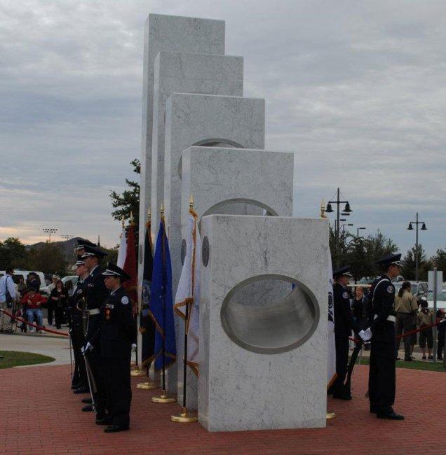 Лишь только 11 ноября ежегодно солнце светит в этом мемориале