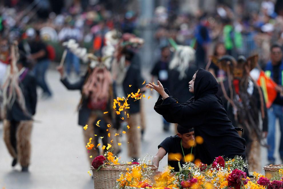 Дополнительные краски Дню Мертвых придает еще один сосед — Хэллоуин , проходящий 31 октября. Несмотр