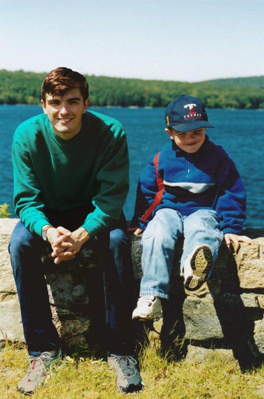 Парень отправился в детство с помощью фотошопа, вставив своё изображение в детские снимки