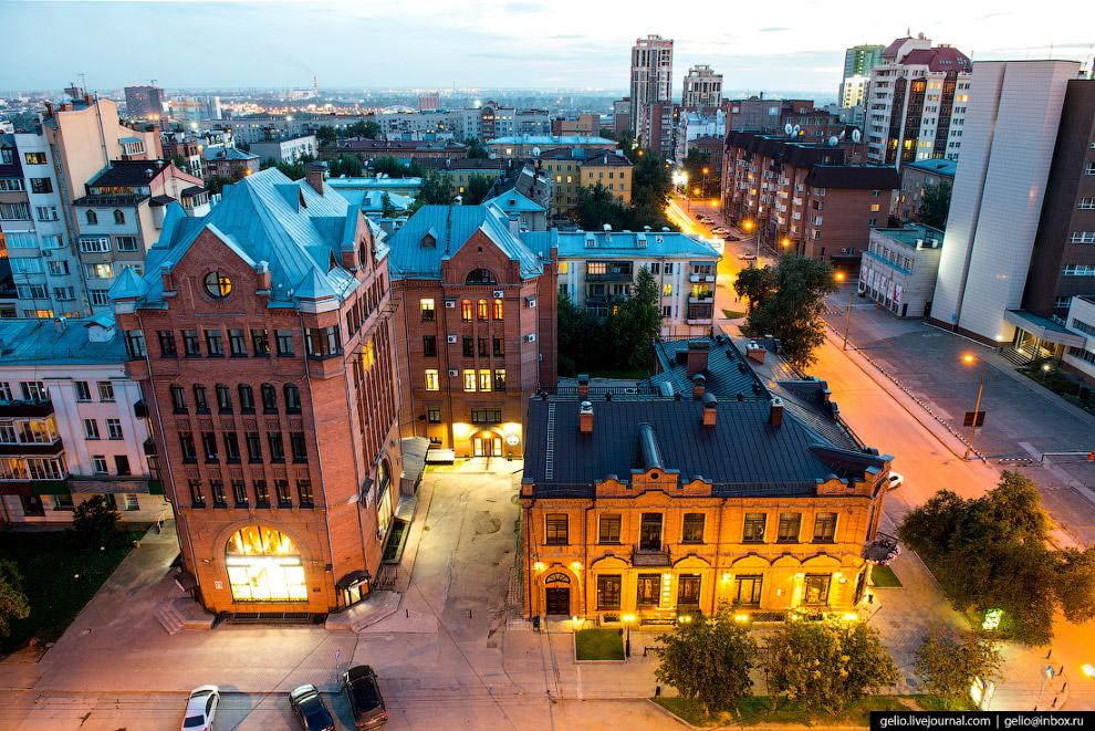 74. Верится с трудом, но 25-этажное здание со шпилем слева — самое высокое в Новосибирске (ЖК «Кварс