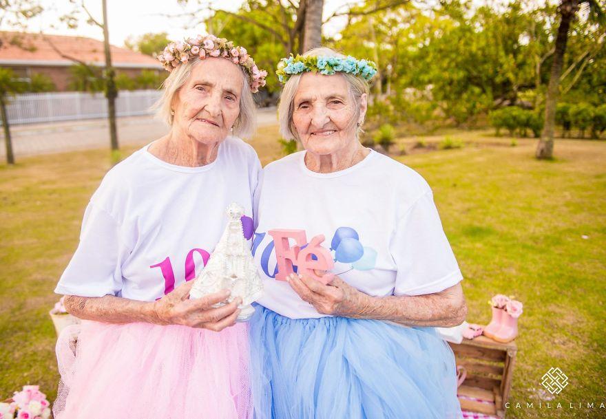 Фотосессия сестер-близнецов в честь 100-летия