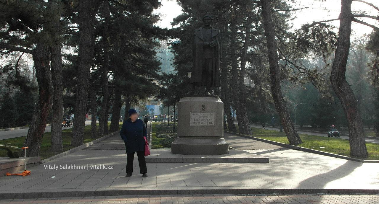 Памятник Бауржану Момышулы.