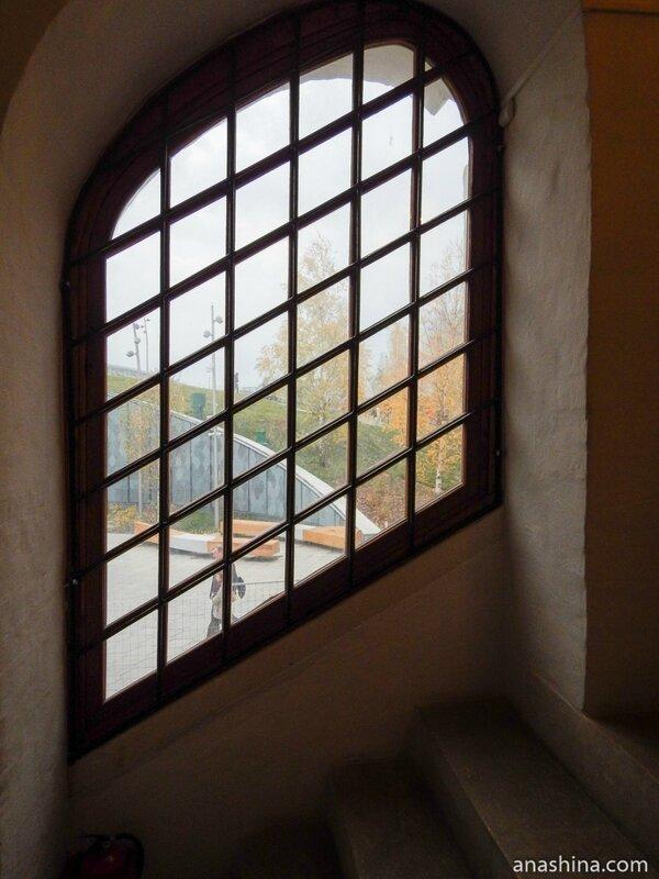 Окно около лестницы, Старый Английский двор, Москва