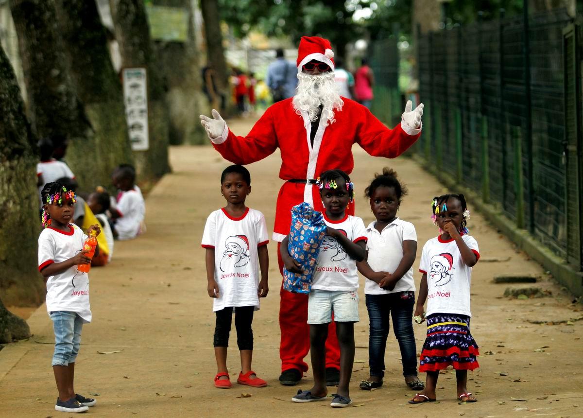 В жаркой, жаркой Африке: Чернокожий Дед Мороз и его юные поклонники