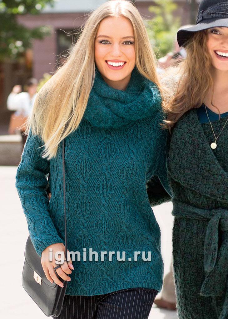 Иссиня-зеленый теплый пуловер с косами, дополненный шарфом-петлей. Вязание спицами