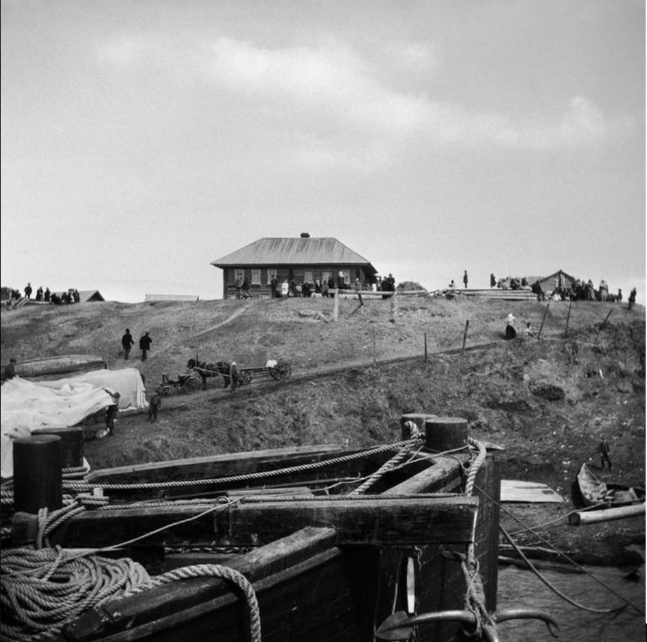 Вид с речной пристани на деревню