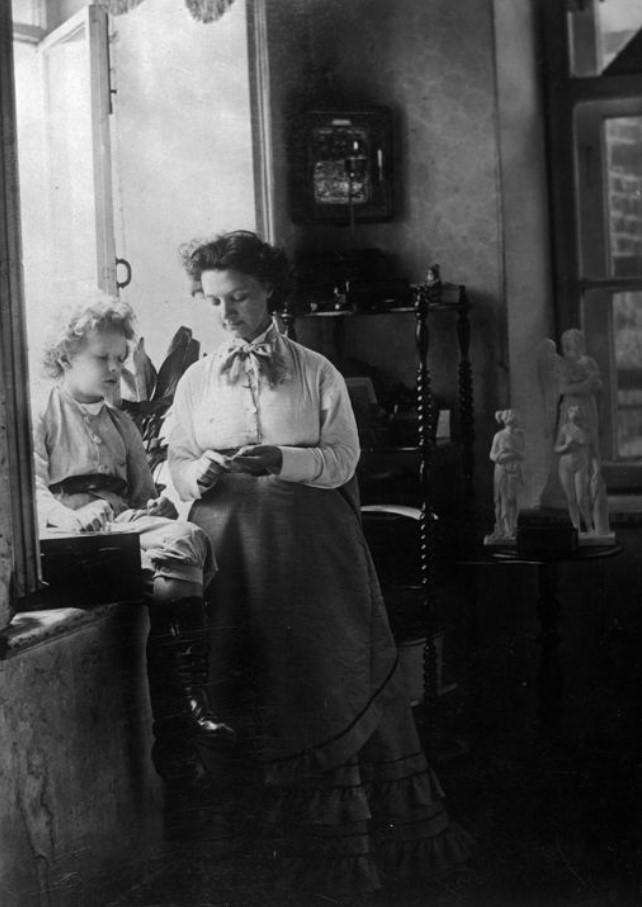 Ольга Григорьевна Карелина с Андреем Карелиным, сидящим на подоконнике