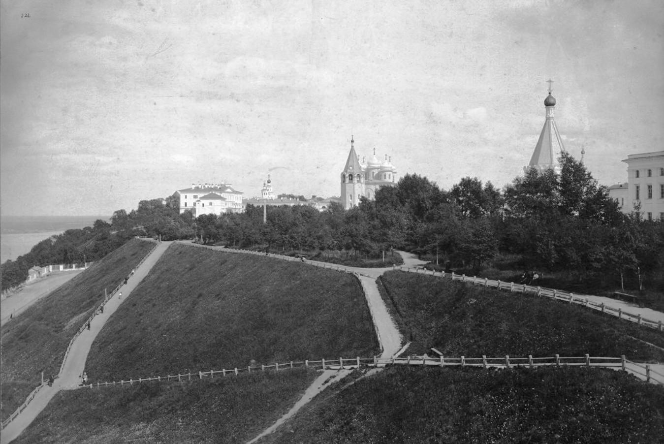 Общий вид Мининского сада и Губернаторского дворца