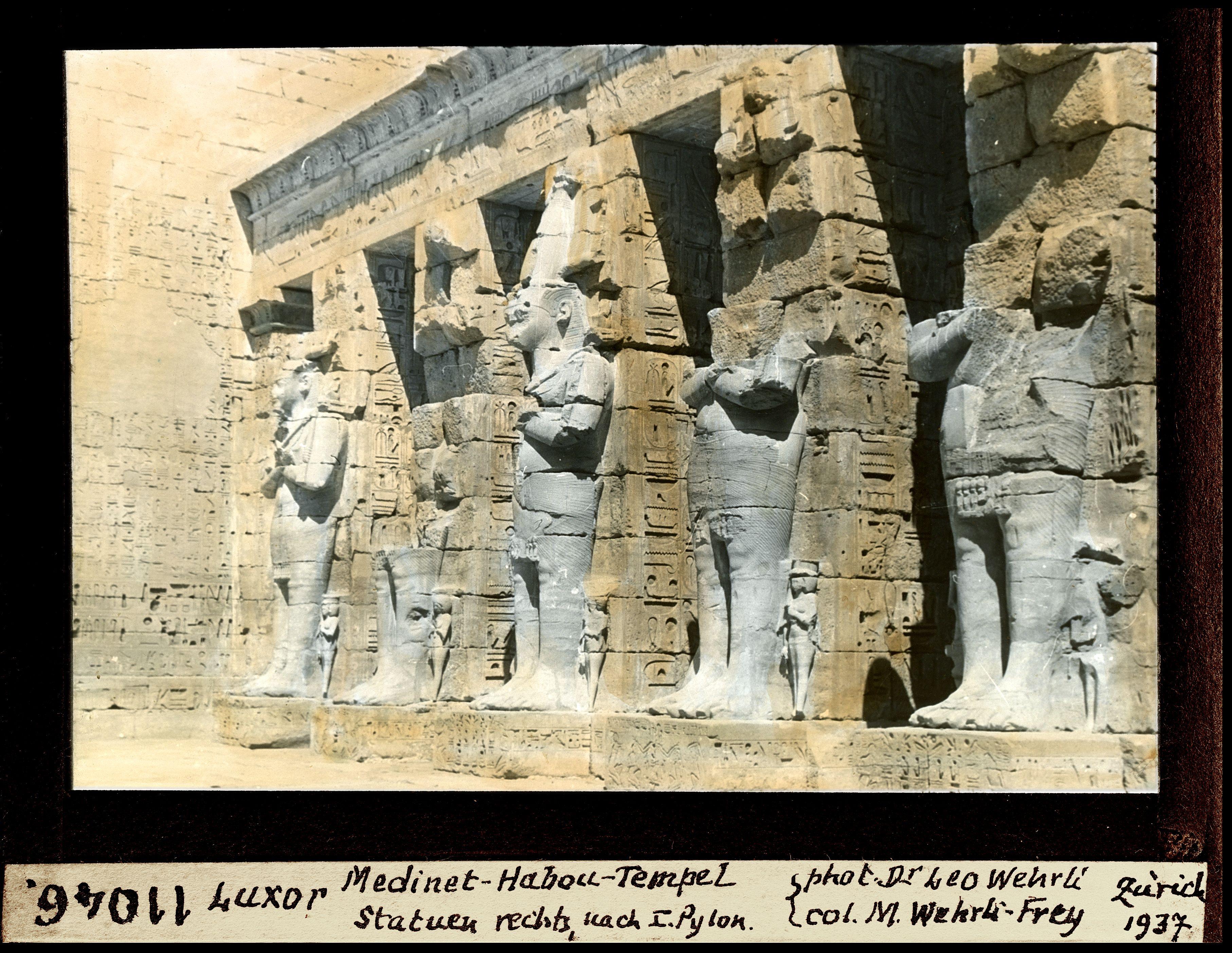 Мединет-Абу. Погребальный храм Рамсеса III. Статуи справа от пилона №I