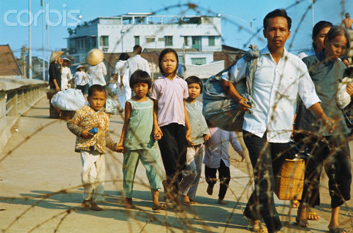 Беженцы проходят мимо офисного здания. 9 мая