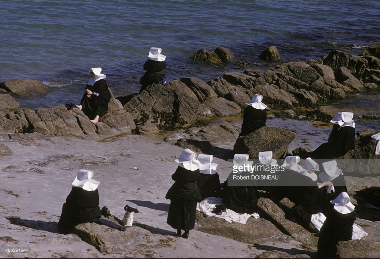 Монахини на берегу моря