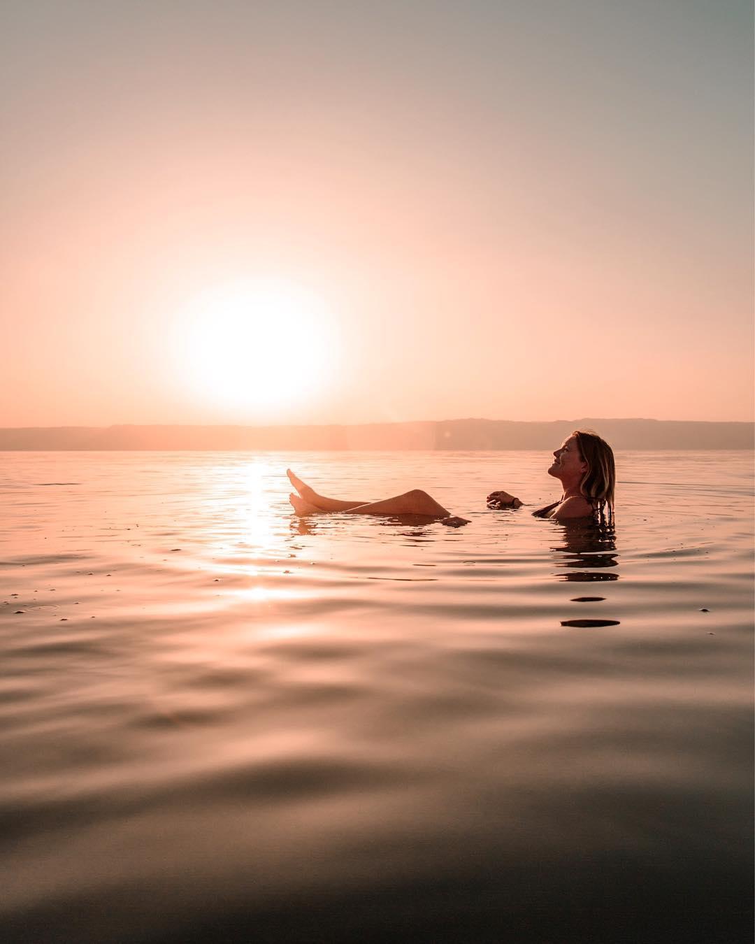Работа мечты: 25-летняя девушка путешествует и зарабатывает до $900 за пост в Instagram