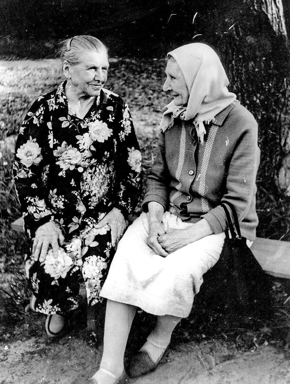 бабушка с соседкой июнь 1988.jpg