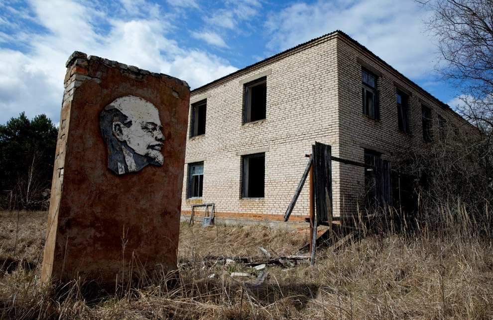 24. Ленин в Угличе, в 200 километрах к северо-востоку от Москвы. (Фото Dmitri Lovetsky):