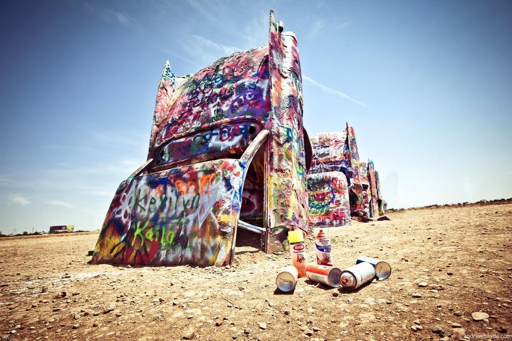 Cadillac ranch. Десяток вкопанных в землю кадиллаков 60-х годов, сейчас походит на местный техасский