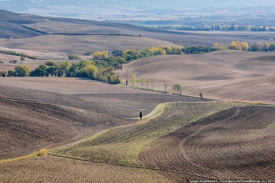 23. Разноцветье вспаханных полей сверху. Кстати, летать квадрокоптером в Тоскане довольно проблемати