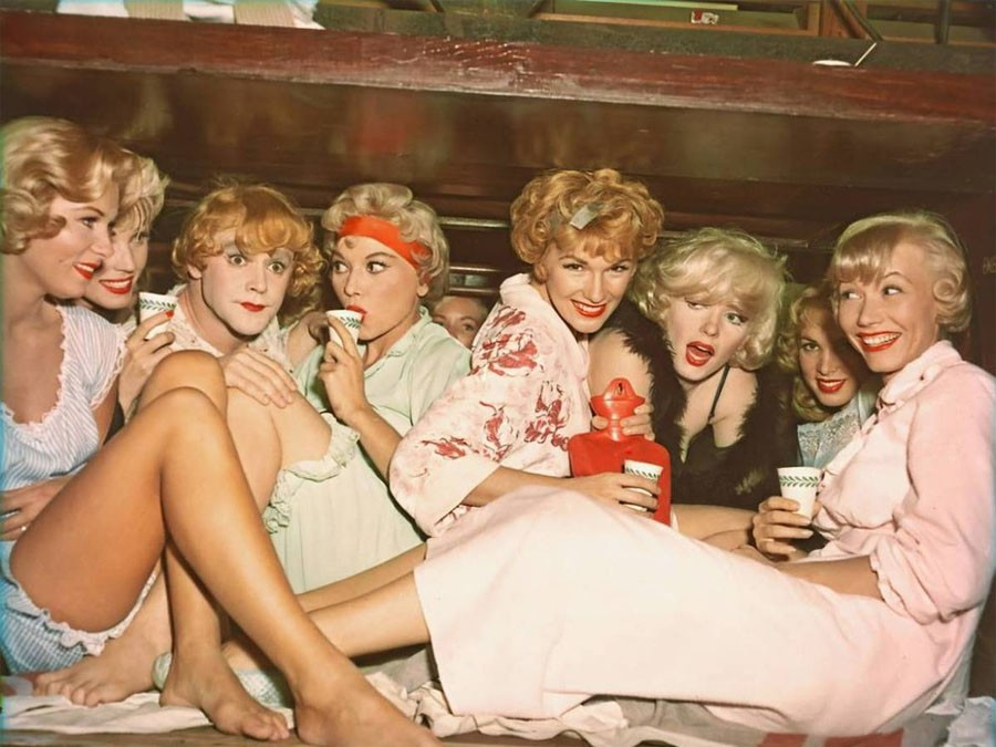 Этого требовал и контракт Мэрилин Монро, исполнительницы главной женской роли. Она должна была снима