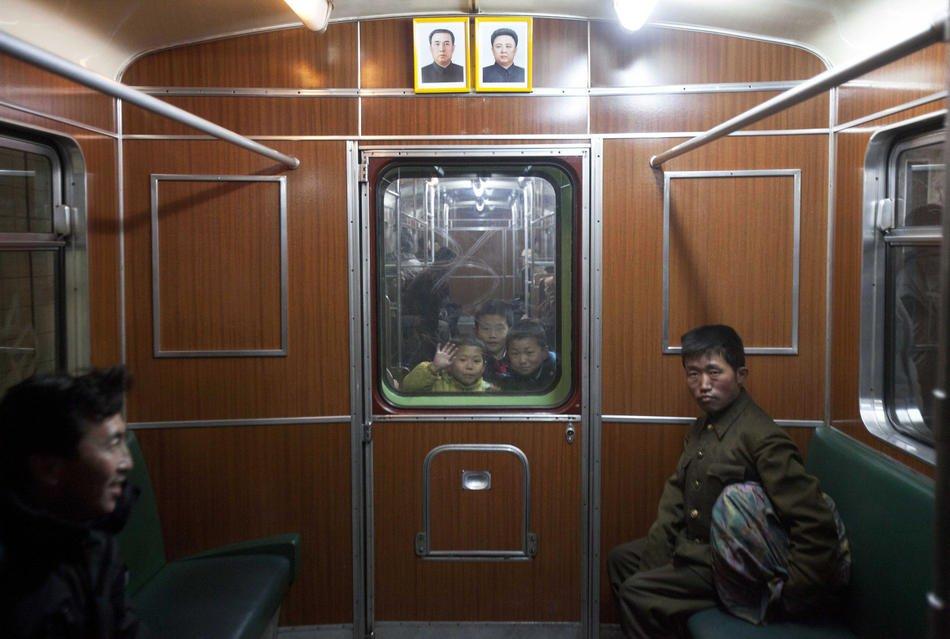 Везде довольно мрачно. Неспешно строящееся здание в Пхеньяне, 13 апреля 2011. На заборе висит проект