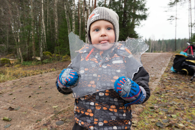 ребенок лижет лед
