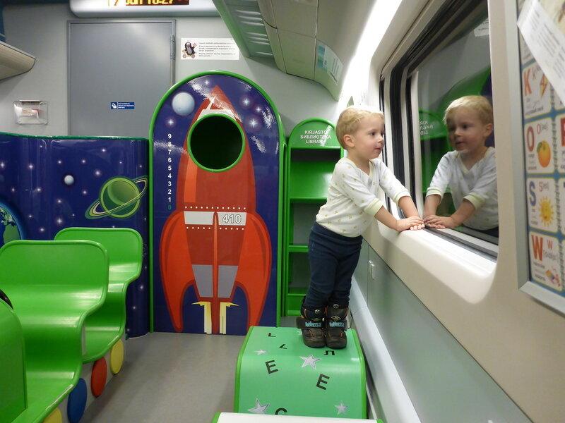 ребенок на детской площадке в поезде аллегро