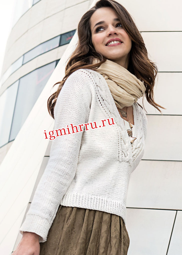 Белый пуловер с отделкой горловины косами. Вязание спицами