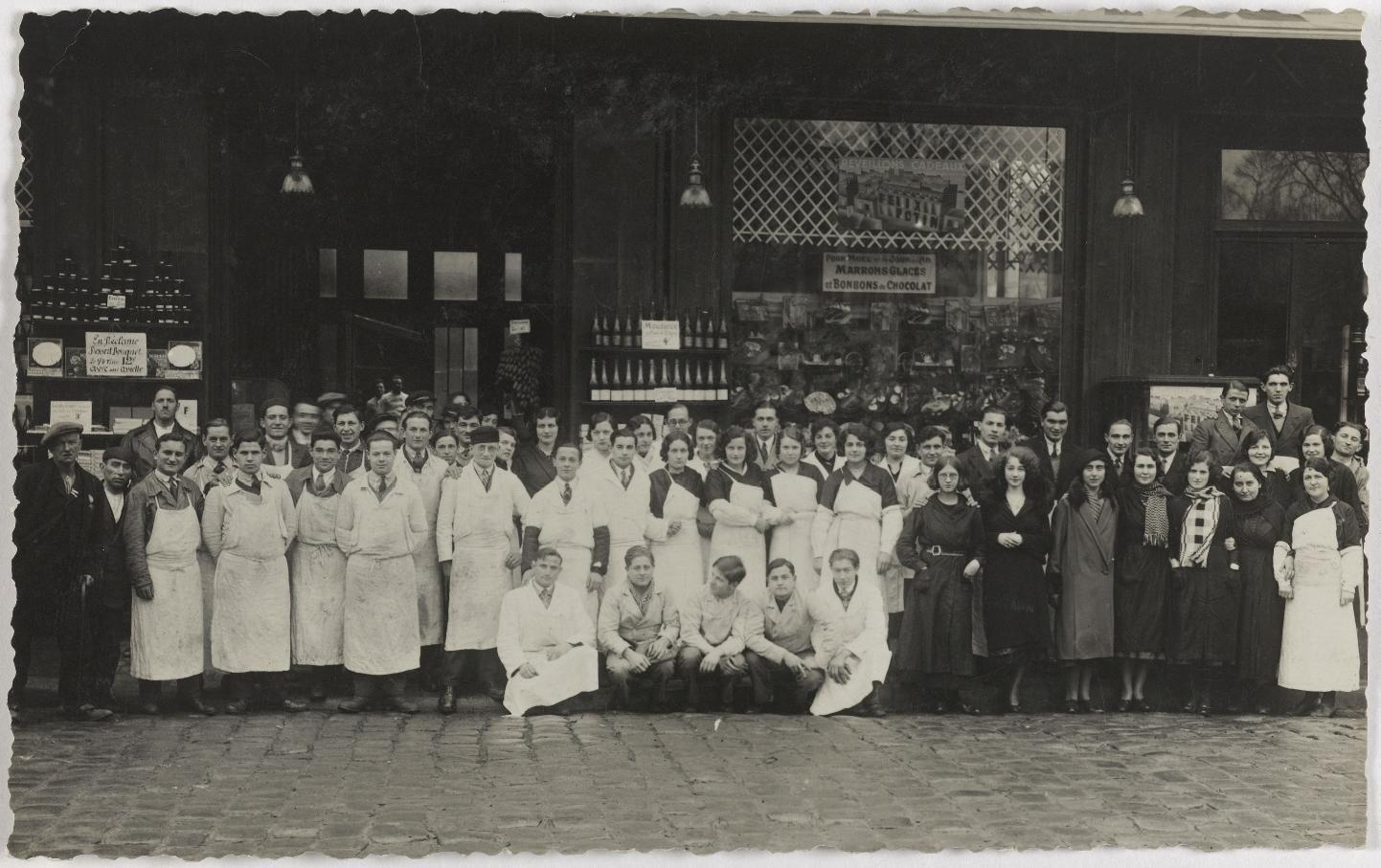 1925-1930. Продовольственные товары. Дом Феликса Потина, 103 Boulevard de Sébastopol. Сейчас книжный магазин