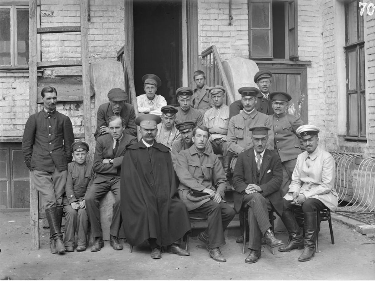 Групповой портрет рабочих и служащих у крыльца кирпичного дома