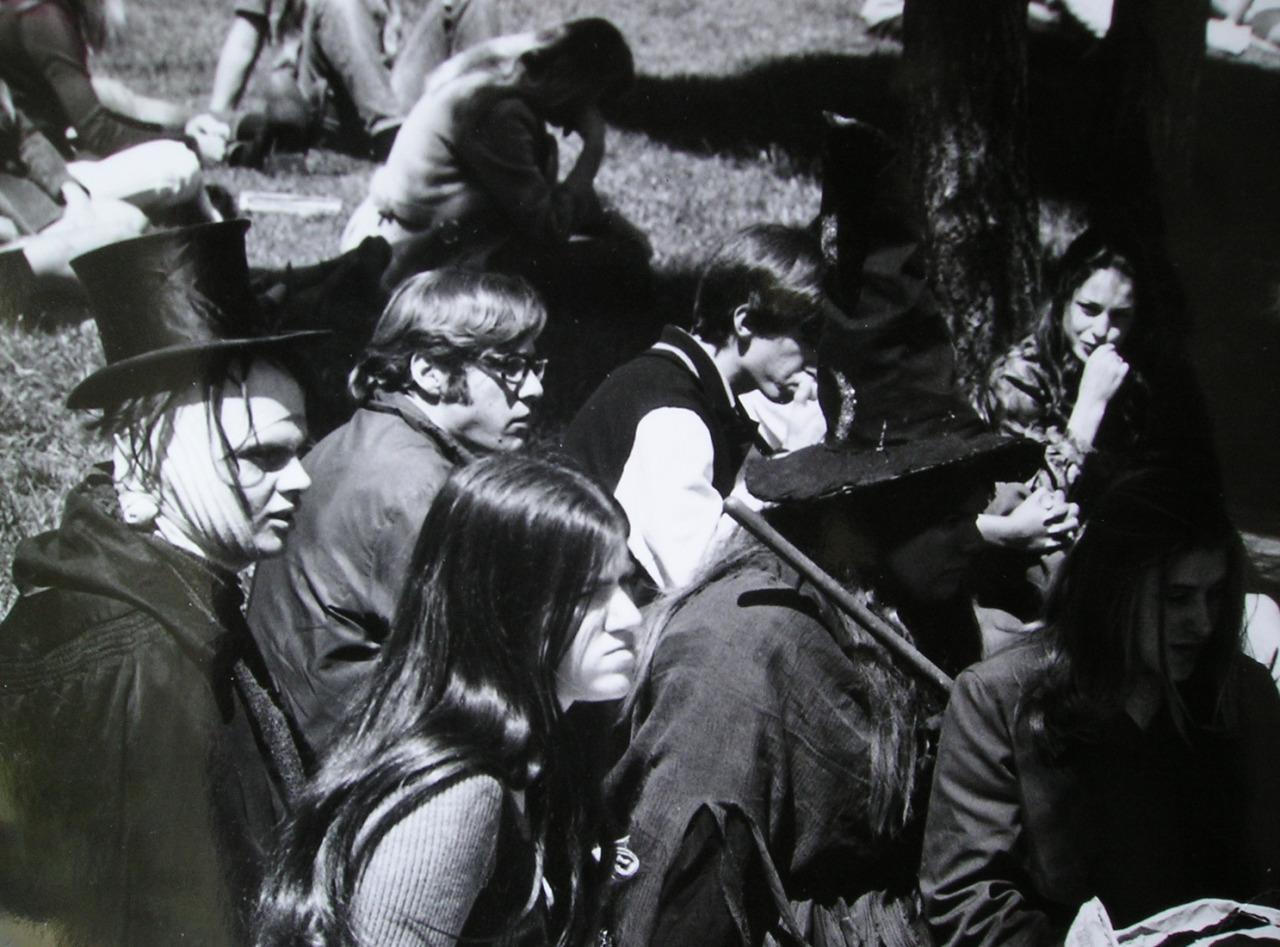 1967. Хиппи на траве в парке