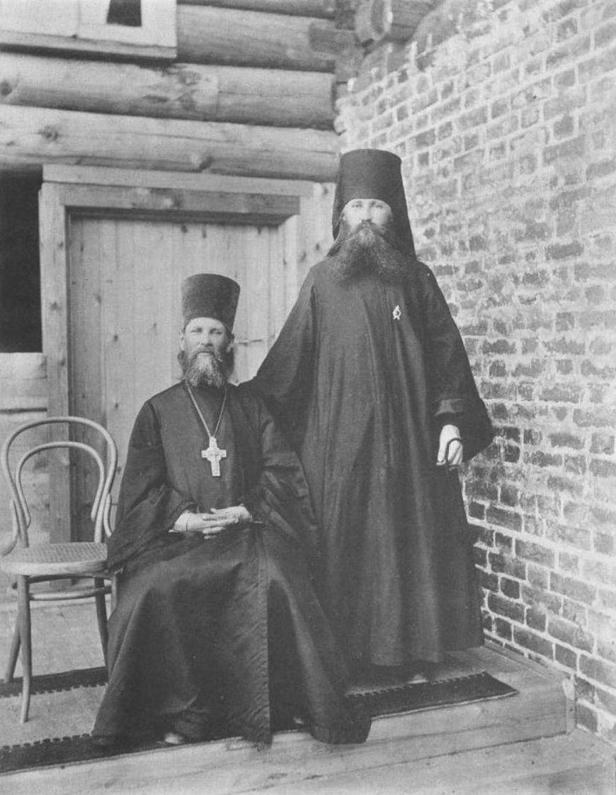 Отец Иоанн и иеромонах Геннадий Задне-Никифоровской пустыни Олонецкой губернии, помогавший отцу Иоанну в отправлении церковных служб и приготовлении нового храма к освящению. 1891