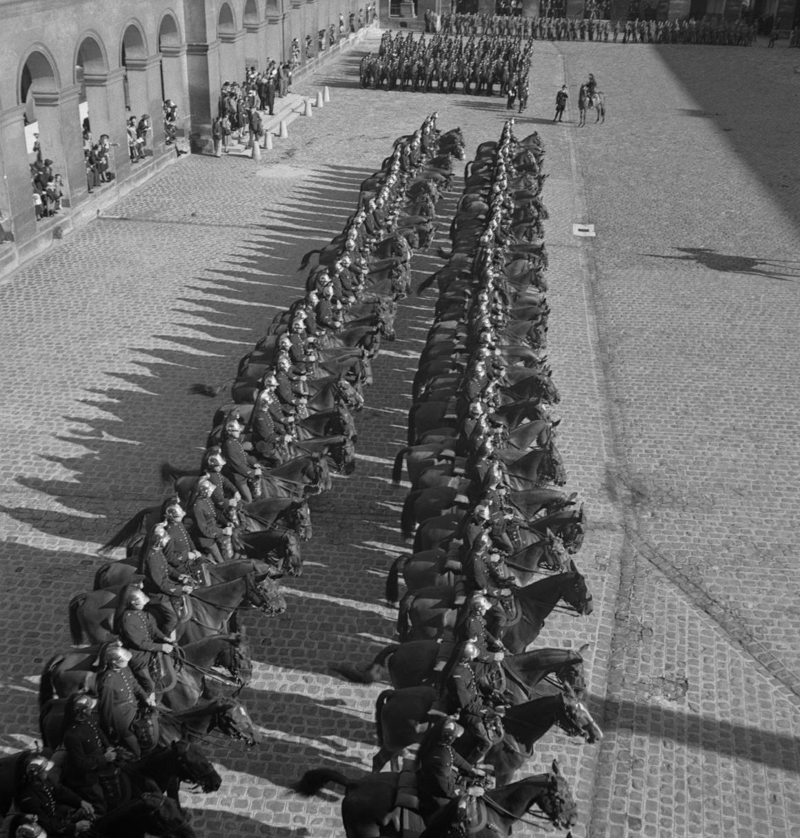 37. Затем под исполнение музыкантами из ВВС Полк Самбры-и-Мааса добровольцы проходят перед трибуной. Возглавляет легионеров капитан Демессин