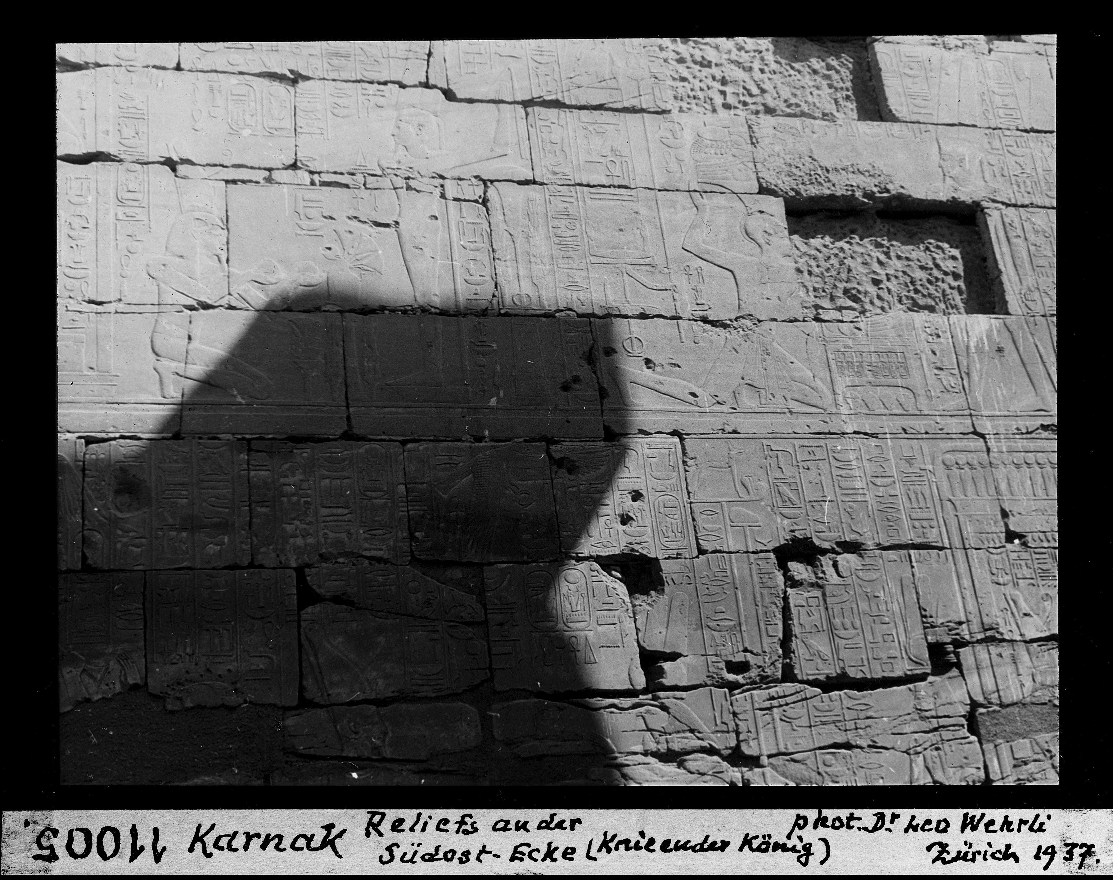 Рельефы на юго-восточном углу (коленопреклоненный фараон)