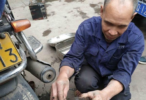 Слепой китаец 30 лет успешно ремонтирует мотоциклы