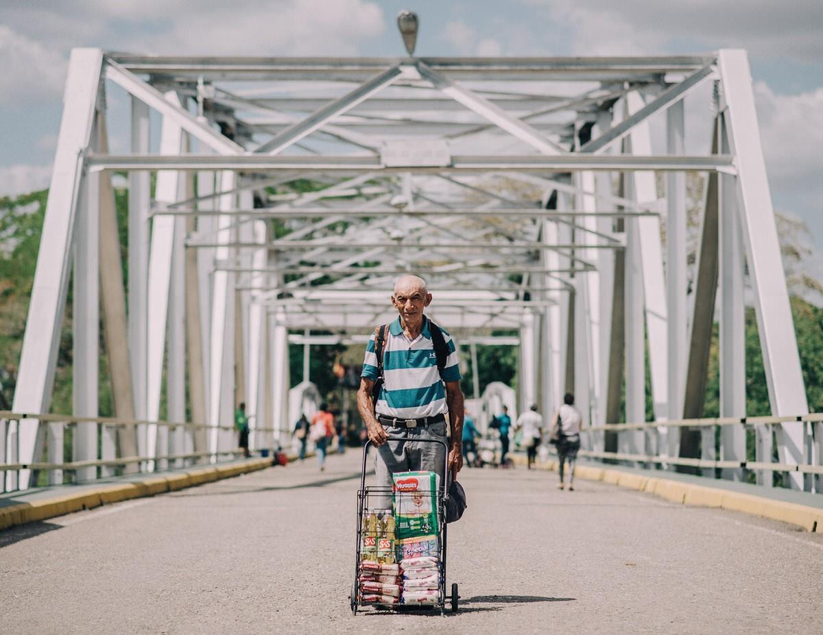 Мост Хосе Антонио Паэз: покупатели возвращаются домой из магазинов Колумбии