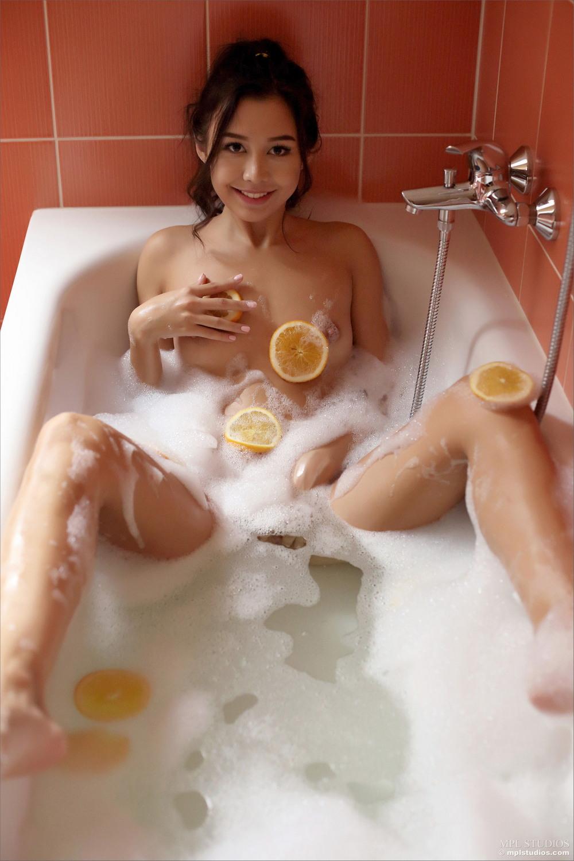 Sakura принимает ванну с апельсинами