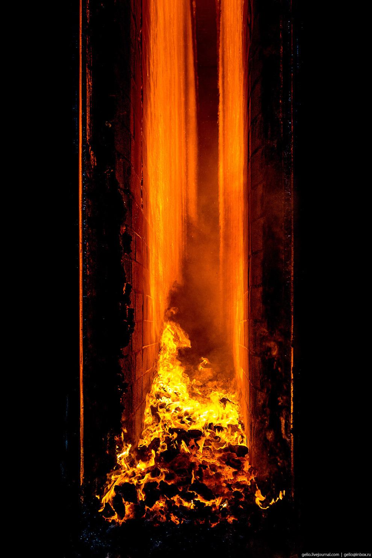 14. Коксовые печи «топят» вторичным доменным газом. Он сжигается в простенках между камерами коксово