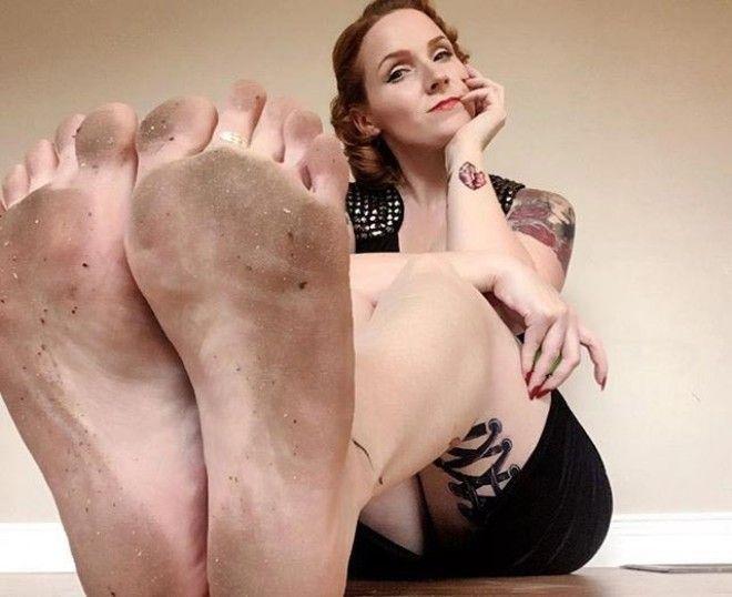 Она завела себе страницу в Instagram куда стала выкладывать фотографии своих ступн