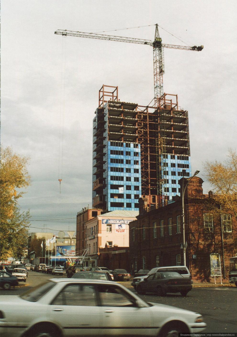 76. 25 ноября 2001 года. Витражи из стеклопакетов прямо на площадке собирала группа студентов-строит