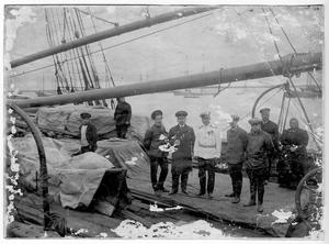Участники экспедиции к Северному полюсу на палубе судна Святой мученик Фока перед выходом в море