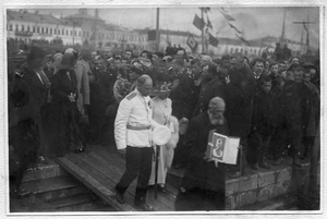 Седов Г. Я. с женой и священником идут по сходням на судно Святой мученик Фока