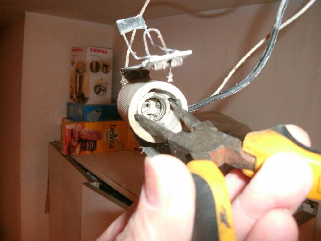 Срыв резьбового кольца китайского керамического патрона Е 14 при замене лампочки и последовавший за этим ремонт.