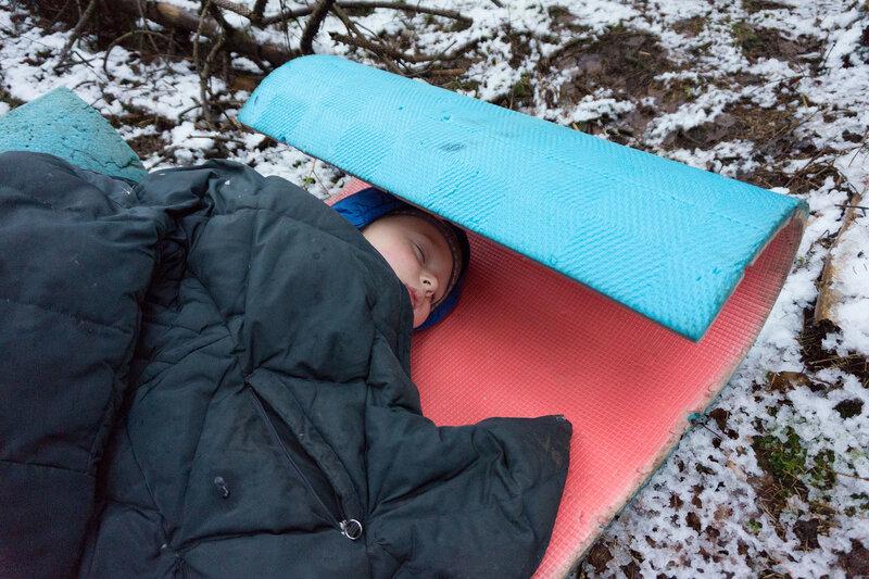 ребенок спит в походе