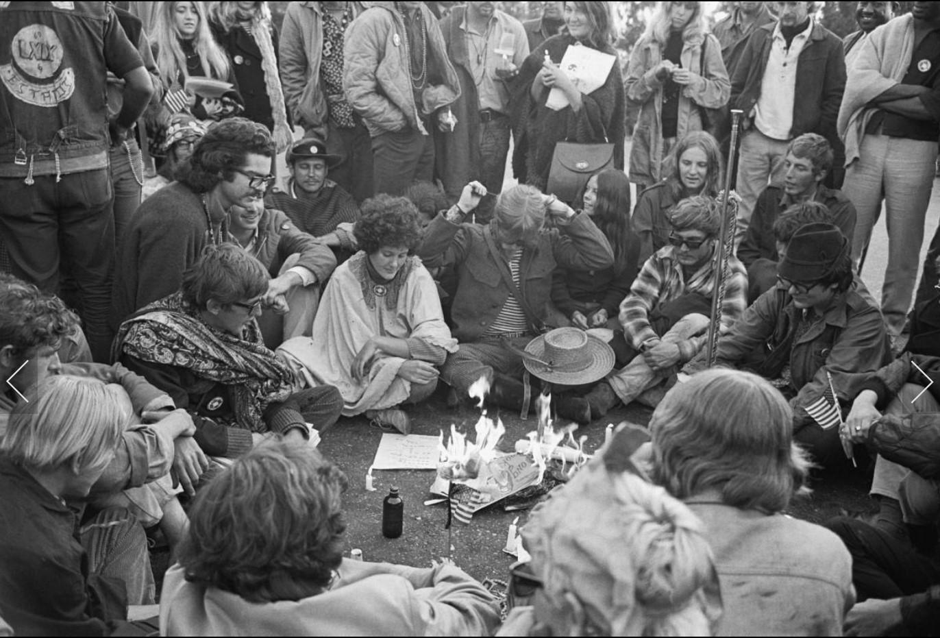 1967. Олдовые хиппи сжигают психоделические плакаты и другие безделушки, чтобы очертить конец Лета Любви