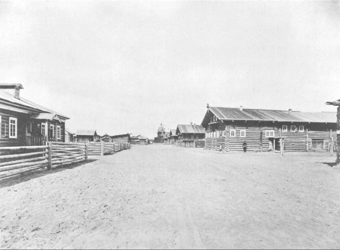Училище (слева) и дом сестры отца Иоанна Александры, где он жил с 3 июня по 4 июля 1891 года