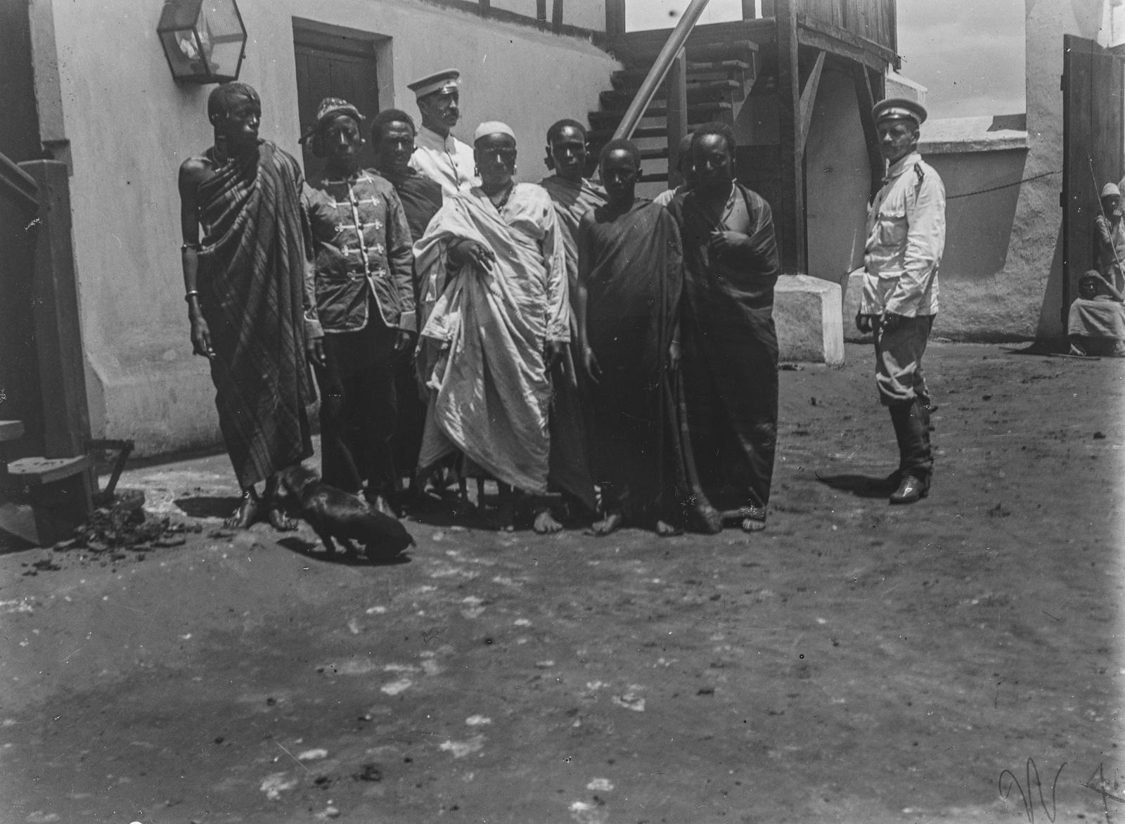 297. Станция немецкого общества Восточной Африки (ДОАГ)  в Моши. Групповой портрет исследователей с людьми чагга