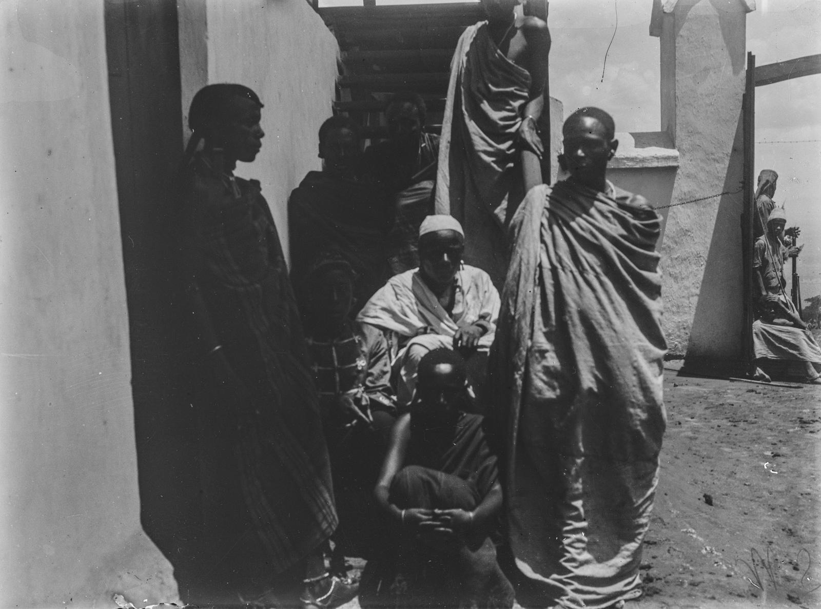 299. Станция немецкого общества Восточной Африки (ДОАГ)  в Моши. Групповой портрет людей чагга.jpg