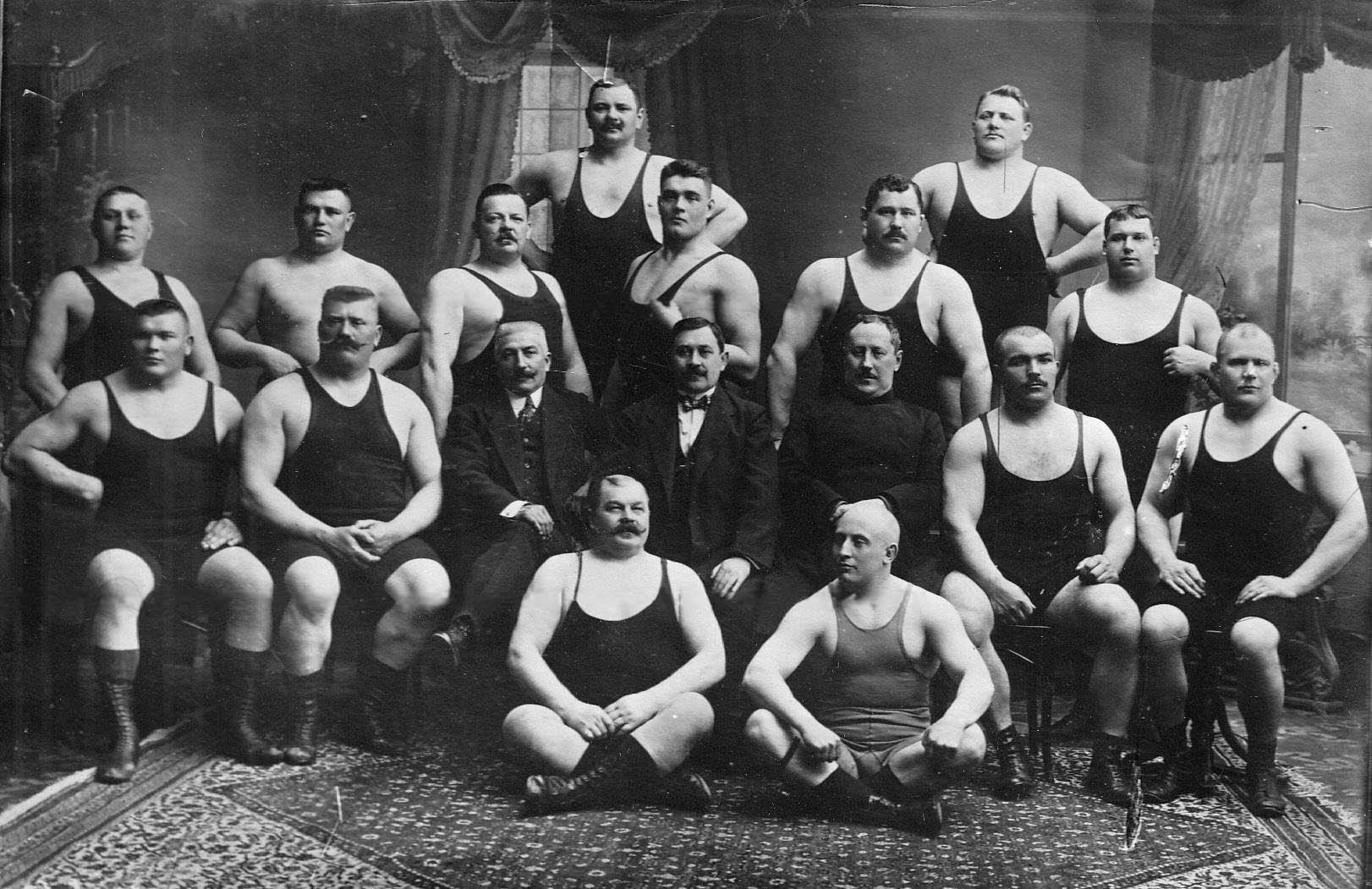 Группа тренеров и борцов, участников чемпионата; 2-й слева во втором ряду - И.М.Поддубный